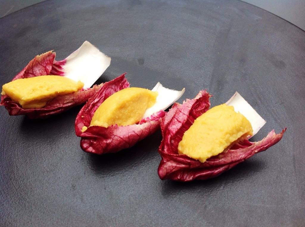 barchette di radicchio con crema di ceci
