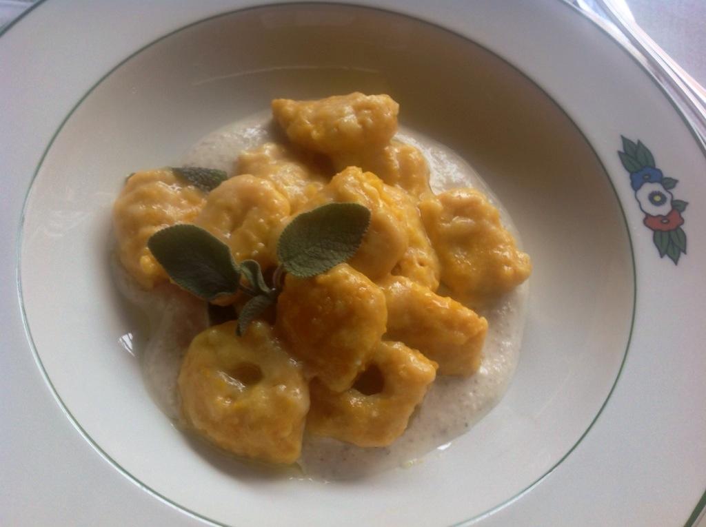 gnocchi di zucca con olio alla salvia e crema di parmigiano e noci