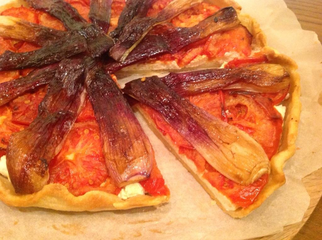 torta di pomodori e cipollotti rossi
