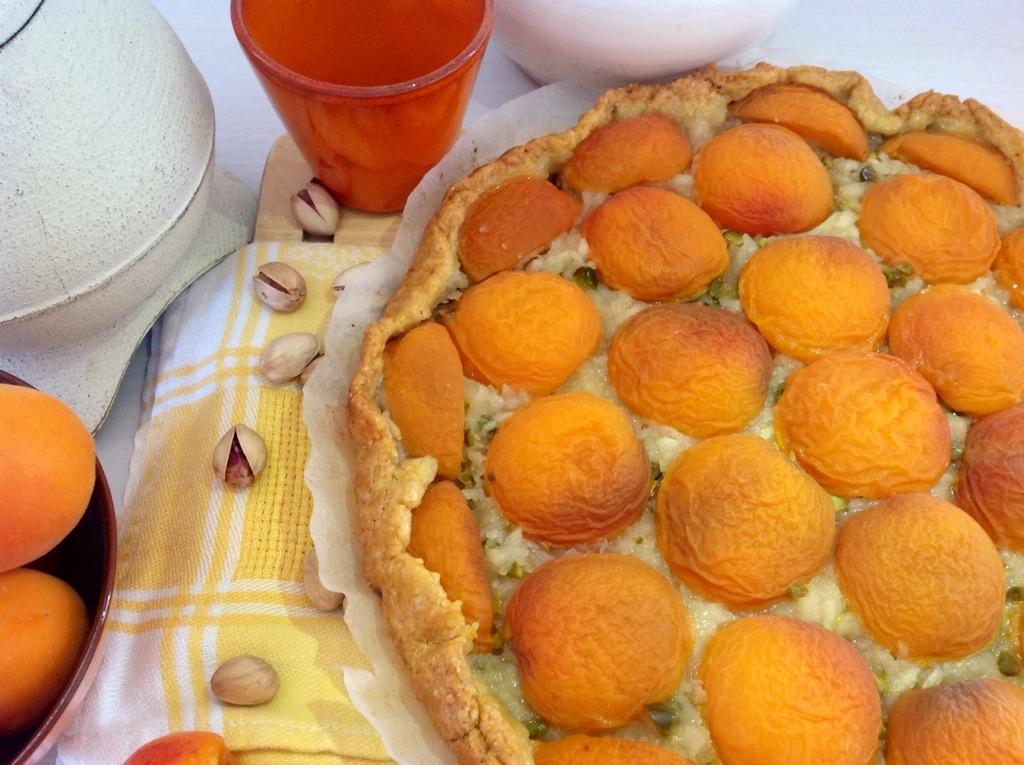 crostata integrale di albicocche, mele verdi e pistacchi