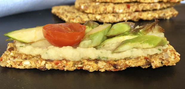 Cracker di mandorle, semi e verdure crude